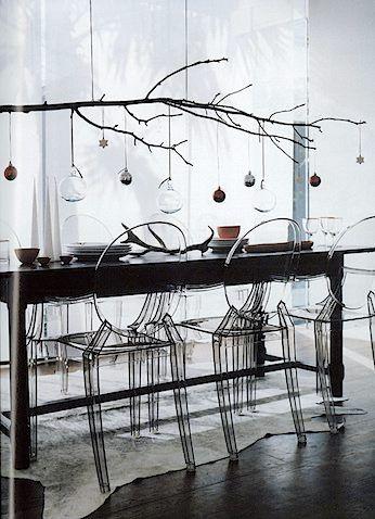 un ramo appeso e decorazioni in vetro - Contemporary Christmas table setting | branch chandelier