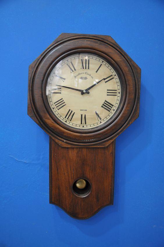 Relógio de parede confeccionado em madeira com pêndulo. #Decoracao #Paisagismo #Arquiterura #Nikon