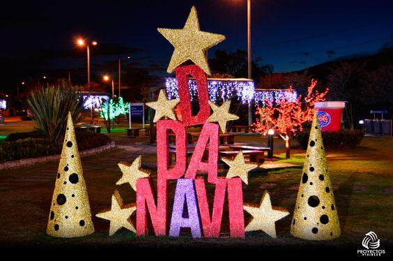 """En ladecoración se emplearon elementos que sobresalieran sobre todo el espacio, como los árboles led rojos y verdes, cortinas de led sobre los marcos, un arco compuesto por varios módulos y un escenario que recibe a cada persona con un gigante """"Feliz Navidad"""", donde pueden compartir un momento agradable con su familia y amigos."""