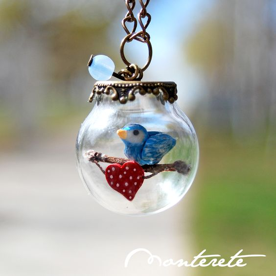 Collar esfera cristal pajarito azul con corazón