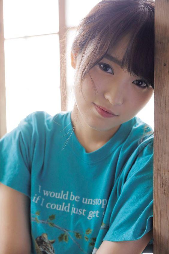 水色の服の菅井友香