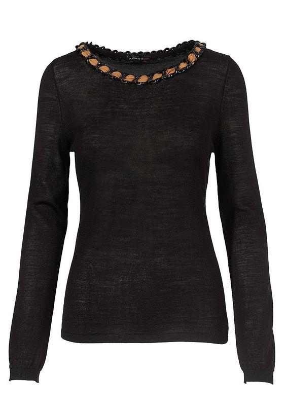 Pullover    Ein Pullover aus leichtem Feinstrick aus einem Merino-Wollgemisch ist ein beliebter Klassiker. Hier gibt ihm eine große Panzerkette aus Kunststoff mit eingeflochtenem Chiffonband am schmeichelnden, halsfernen Ausschnitt einen modischen Frischekick. Der universell einsetzbare Pullover lässt sich vielfältig kombinieren, ob mit schwarzem oder camelfarbenem Rock oder einer Hose in der p...
