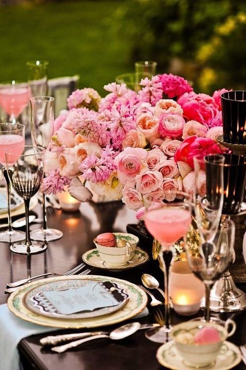 Beautiful table setting #macarons #flowers