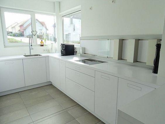 weisse-kueche-weisse-arbeitsplatte-minimalistisch Kitchens