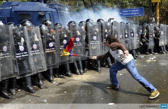 Aquí se puede apreciar a estudiante fascista agrediendo a los honorables oficiales con un arma de destrucción masiva pic.twitter.com/1P2mwRzh6f