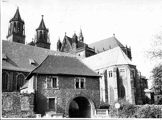 magdeburg domdplatz ostseite | der Magdeburger Dom, Ostseite mit Tor zum Remtergang