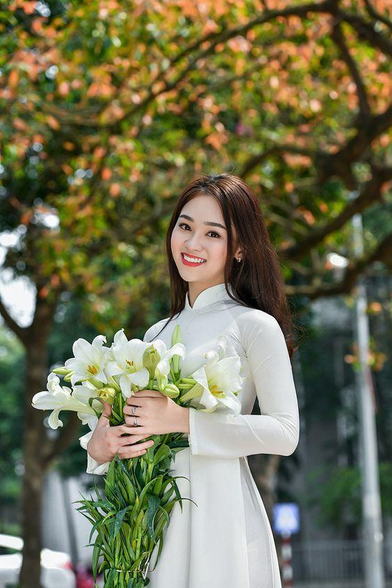 (Dân trí) - Hoa loa kèn trắng muốt cùng màu áo trắng học trò làm cho ngày xuân Hà Nội thêm cuốn hút.