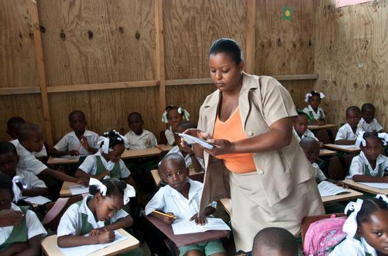 Aulas de emergencia ahora, educación universal en cinco años
