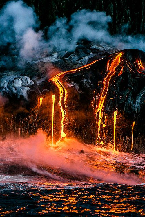Kilauea Volcano in the Hawaiian Islands (© AleSocci)