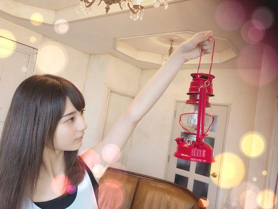 ランプを持っている小坂菜緒