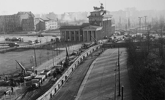 Die Mauer am Brandenburger Tor 1961.