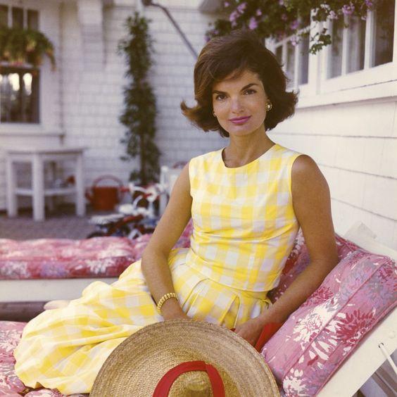 Jackie Kennedy - início dos anos 60 Vestido silhueta em linha A, bipartido. O amarelo forte representa o irreverente dos anos 60 enquanto a forma ainda remota para o look conservador dos anos 50.