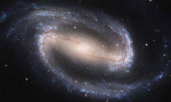 NGC 1300Le télescope Hubble a pu observer une galaxie située à 61 millions d'années-lumière de notre planète… Une distance difficilement concevable. Cette galaxie, qui porte le nom de NGC 1300, se trouve dans la constellation de l'Eridan. Elle est un peu plus grande que notre propre galaxie, la Voie Lactée. NGC 1300 possède notamment des étoiles supergéantes, dont la masse peut atteindre douze fois la taille de notre Soleil.