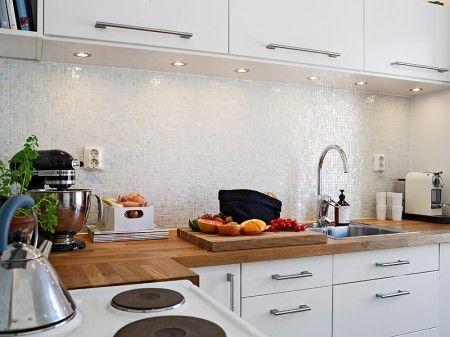 Bonito y acogedor estudio de 37m kitchenaid and bonito - Cocina blanca encimera negra ...