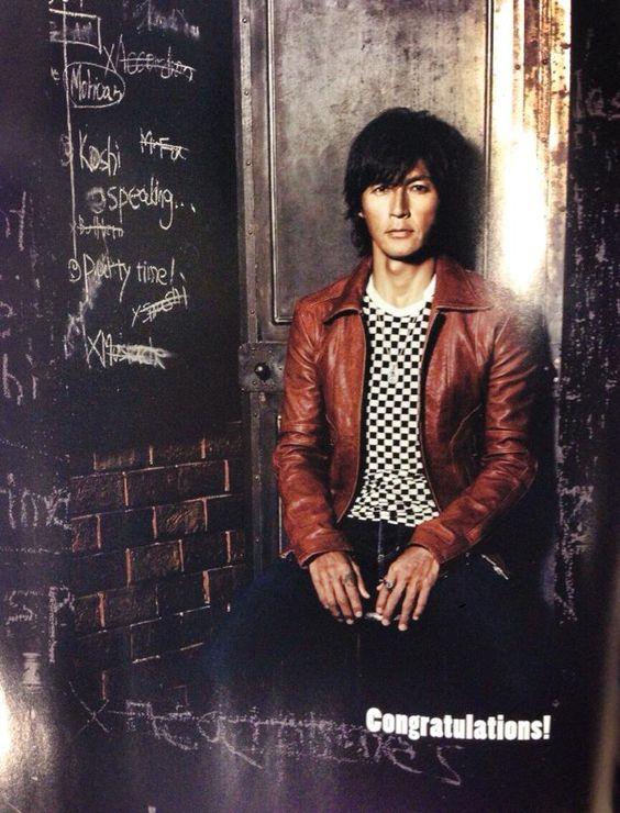 茶色のレザージャケットを着ている稲葉浩志