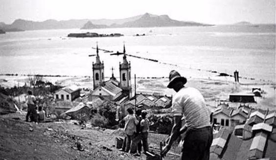 Baia de Guanabara vista do Morro do Castelo com  a Igreja de Santa Luzia a frente . 1919