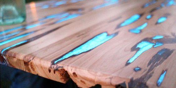 Gestalten Sie IhrWohnzimmer oder Ihren Garten mit einem spektakulären Holztisch, der in der Nacht g...