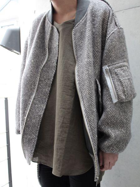 Nếu bạn là một người có thân hình không thực sự cân đối thì những chiếc áo khoác bomber oversize có lẽ là sự lựa chọn phù hợp với bạn vừa che đi khuyết điểm trên cơ thể vừa ấm áp