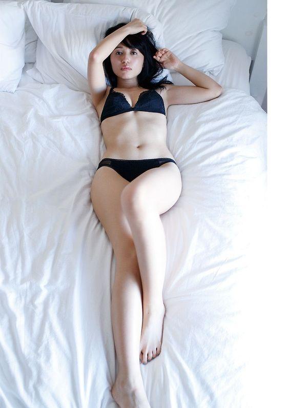 ベッドに寝転ぶ逢田梨香子