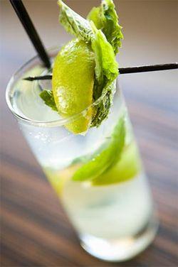 -    Mojito (Ron + menta + azúcar + soda + hielo)  -    Caipiroska de Maracuya (Vodka + limas + azúcar + maracuyá + hielo)  -    Campari (campari + naranja + hielo)  -    Squezze (Gin + menta + maracuyá + hielo)  -    Apple red (whisky + jugo de manzana + vitter + limón + hielo)