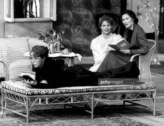 'Drei Schwestern', Drama von Anton Tschechow.- v.l.: Jutta Lampe, Corinna Kirchhoff und Edith Clever in einer Szene.Schaubühne am Lehniner Platz, BerlinRegie: Peter SteinFebruar 1984