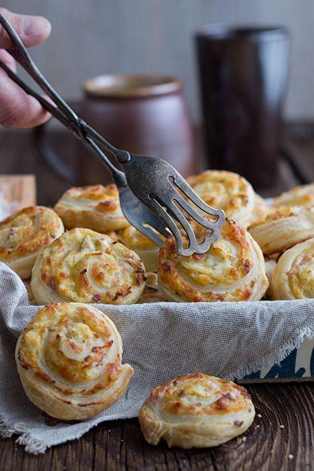 Partyfood: Blätterteigschnecken mit einer Füllung aus Frischkäse, geriebenem Käse, Schinken und Lauch. Sehr einfach und schnell zubereitet.