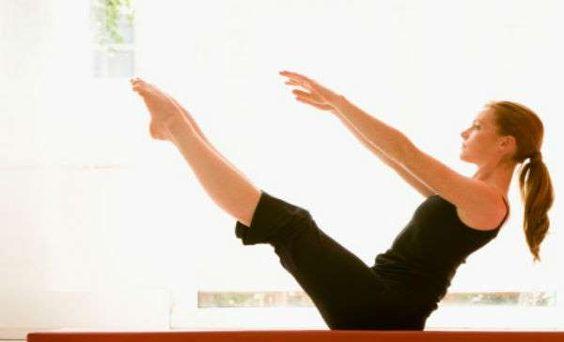 Barco. Boca arriba, mantén una respiración tranquila mientras levantas tus piernas (la fuerza debe c... - bienestar.salud180.com