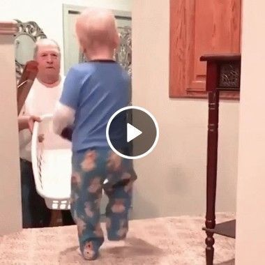 Criança brinca com sua avó jogando cesta
