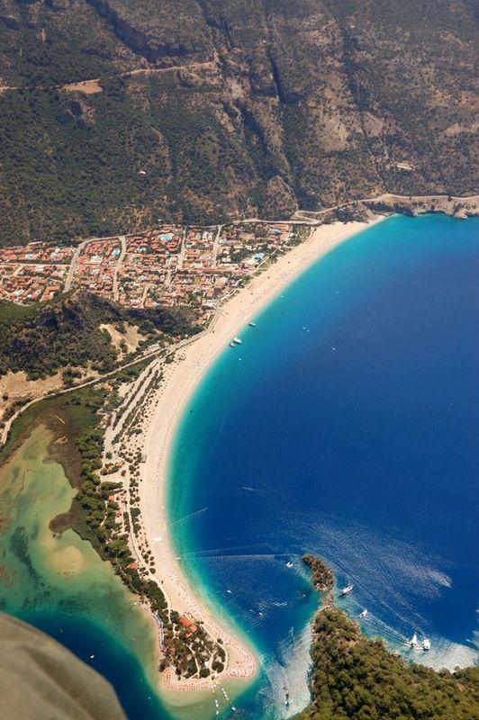 Olu Deniz, Turquía. Y usted puede ver el Camino Lycian de contornear la ladera.