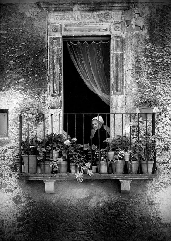 """@alecoscino: #DonneInArte #DonneAlBalcone Scanno, glimpses of a charming village.Edmondo Senatore #Photography """