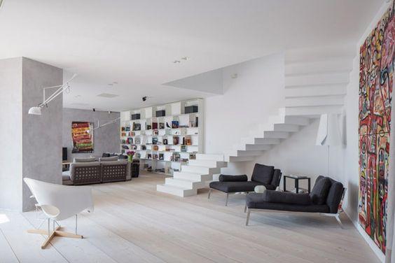 Grote moderne leefruimte met trap in living