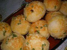 PÃO DE ALHO Ingredientes para a massa: - 30g de fermento para fresco - 1 colher (sobremesa) de açúcar - 1 1/2 xícara (chá) de leite morno - 2 colheres (sopa) de manteiga sem sal - 1 colher (sopa) de sal - 2 dentes de alho picadinhos - 4 xícaras 9chá) de farinha de…