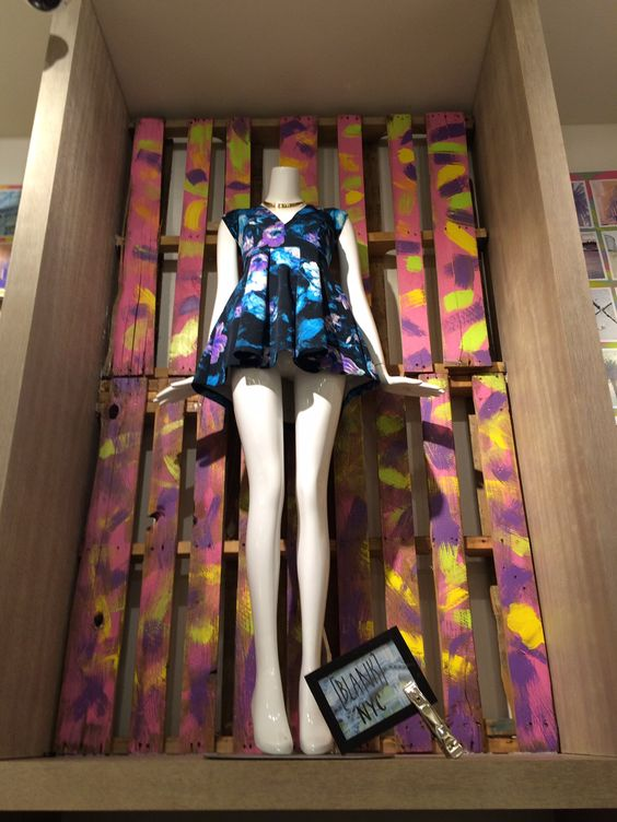 Escaparatismo #Bloomingdales LA #teamledbetter utilizando #pallets . #escaparatismo #window #windowdressing #inspiración #inspiration #comercial #advert #merchandising #visual #publicidad #diseño #design #pallets