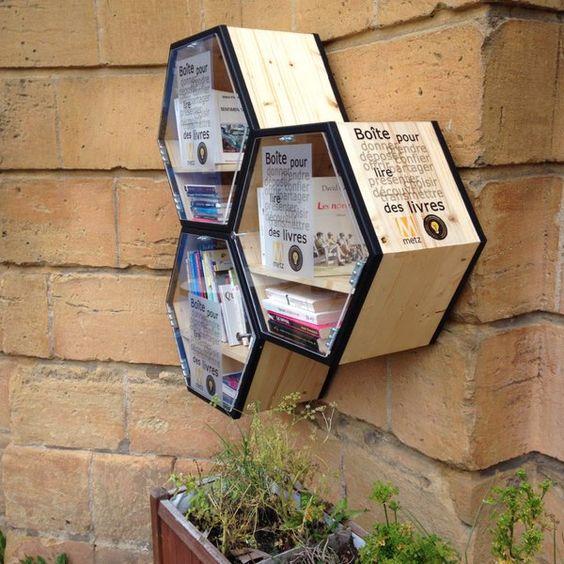 Après les distributeurs de belles histoires à Grenoble, c'est au tour de Metz de mettre en place des mini bibliothèques dans les rues de la ville en livre service. Depuis aujourd'hui, il est possible de consulter des livres gratuitement ou d'en déposer en échange afin d'inciter les habitants à découvrir de nouvelles oeuvres littéraires et encourager