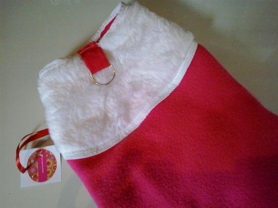 roupa pet confeccionada em tecido de pelucia e veludo macio e confortavel na cor pink e branco ,acabamento em vies , fechamento com velcro e cklics , argola para guia ,tamanho PP, P, M , G , GG , extra G