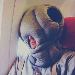 Voor in het vliegtuig lijkt me deze heerlijk... Wie wil er nu geen marsmannetje zijn? Studio Banana Ostrich Pillow® Light kopen? Bestel bij fonQ.nl