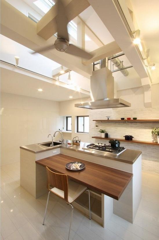 2階にはリビングダイニングの中央にオープンキッチンをレイアウトしま
