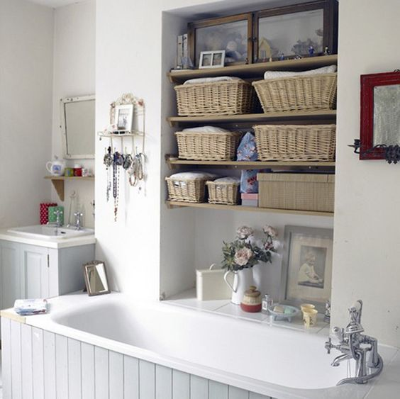 Unique DIY Ideas: Beautiful and easy bathroom shelves. using wicker baskets
