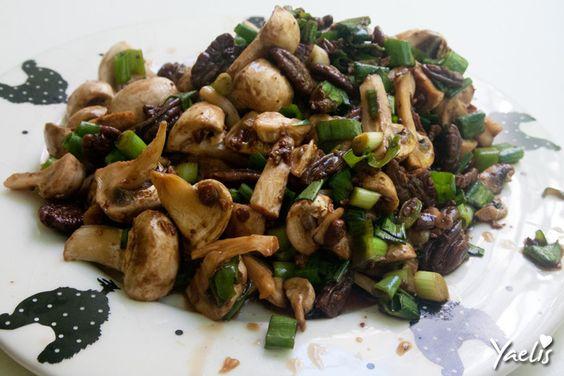 סלט פטריות שמפיניון ופקאן סיני קראנצ'י ופריך, שקוטף מחמאות בכל אירוח. רק חמש דקות הכנה והסלט מוכן.