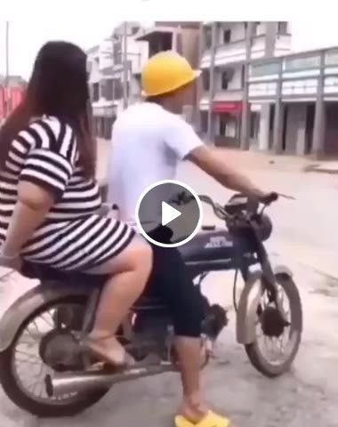 A moto da empinada e a moça cai