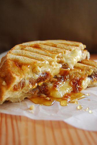 Een tosti met brie, honing en walnoten