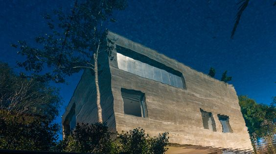 Gerissener Betonwürfel Ein kubischer Block thront mitten in einem Gartengrundstück am Rande São Paulos und ragt wie eine futuristische Tempelruine zwischen den Baumspitzen hervor. Der Monolith aus Beton verschließt und öffnet sich, wirkt abweisend und einladend zugleich: ein räumlicher Kunstgriff des brasilianischen Architekten Marcio Kogan, der mit seiner Architektur gekonnt das Zusammenspiel von Mensch und Natur inszeniert.