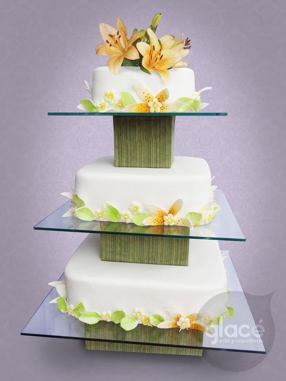 Torta de boda, detalles de flores en azúcar y flores naturales