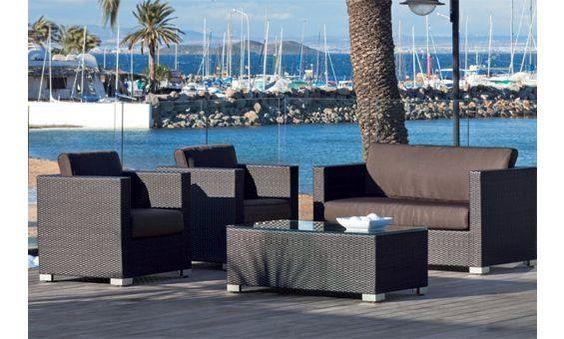 Conjunto de jardin compuesto por sofá de dos plazas, dos sillones y mesita baja central. Fabricado en fibra sintética en color marrón oscuro, con asientos revestidos en textil marrón.