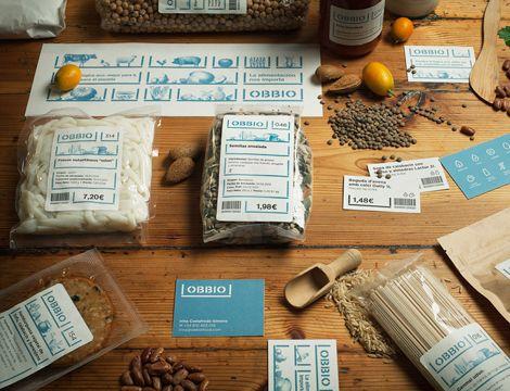 Branding, uniformidad y gráfica en el espacio para Obbio, un espacio de alimentación saludable en Barcelona, diseñado por Mayuscula Brands