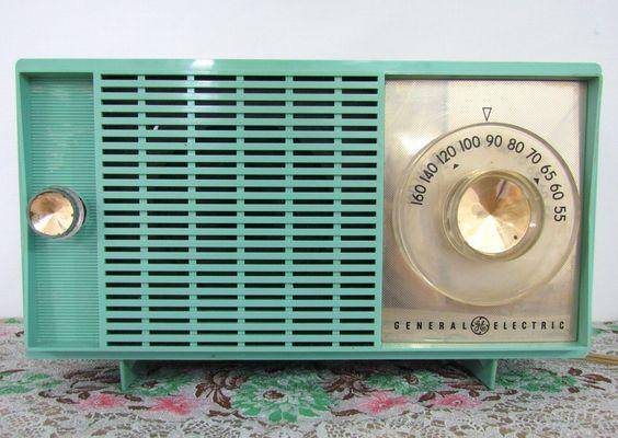 Gotta love this retro turquoise radio.