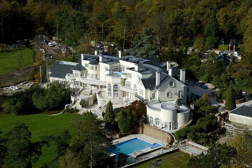 This house in the UK has 103 rooms on 58 acres and even has a tennis court ... 139 MILLION DOLLARS!