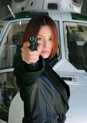 銃を構えている米倉涼子