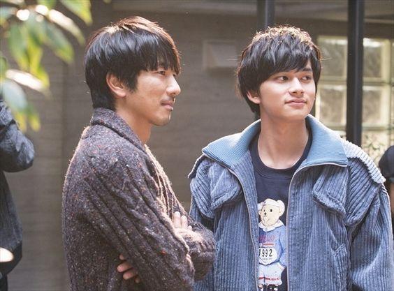 ドラマの撮影のオフショットの眞島秀和と北村匠海です。
