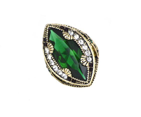 Anel Dourado Esmeralda, metal dourado com pedra verde e cristais. Inspirado nas joias da realeza.